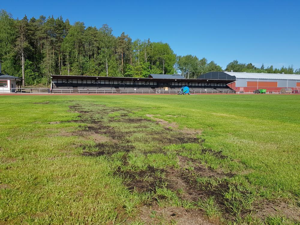 gräsplan med dålig gräsmatta