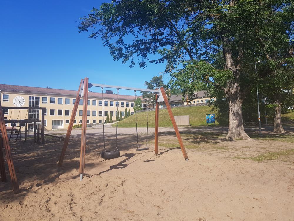 tom skolgård i solsken