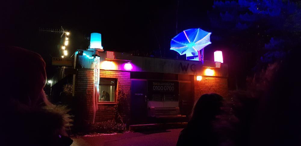 ljuskonstverk, upplyst hus i många granna färger