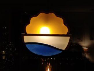 lysande symbol i brunt, blått och vitt