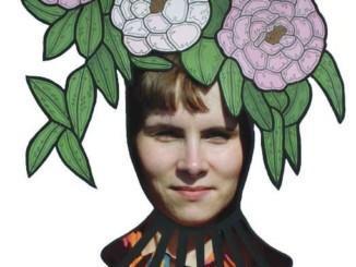 kvinna med tecknade blommor på huvudet, konstverk