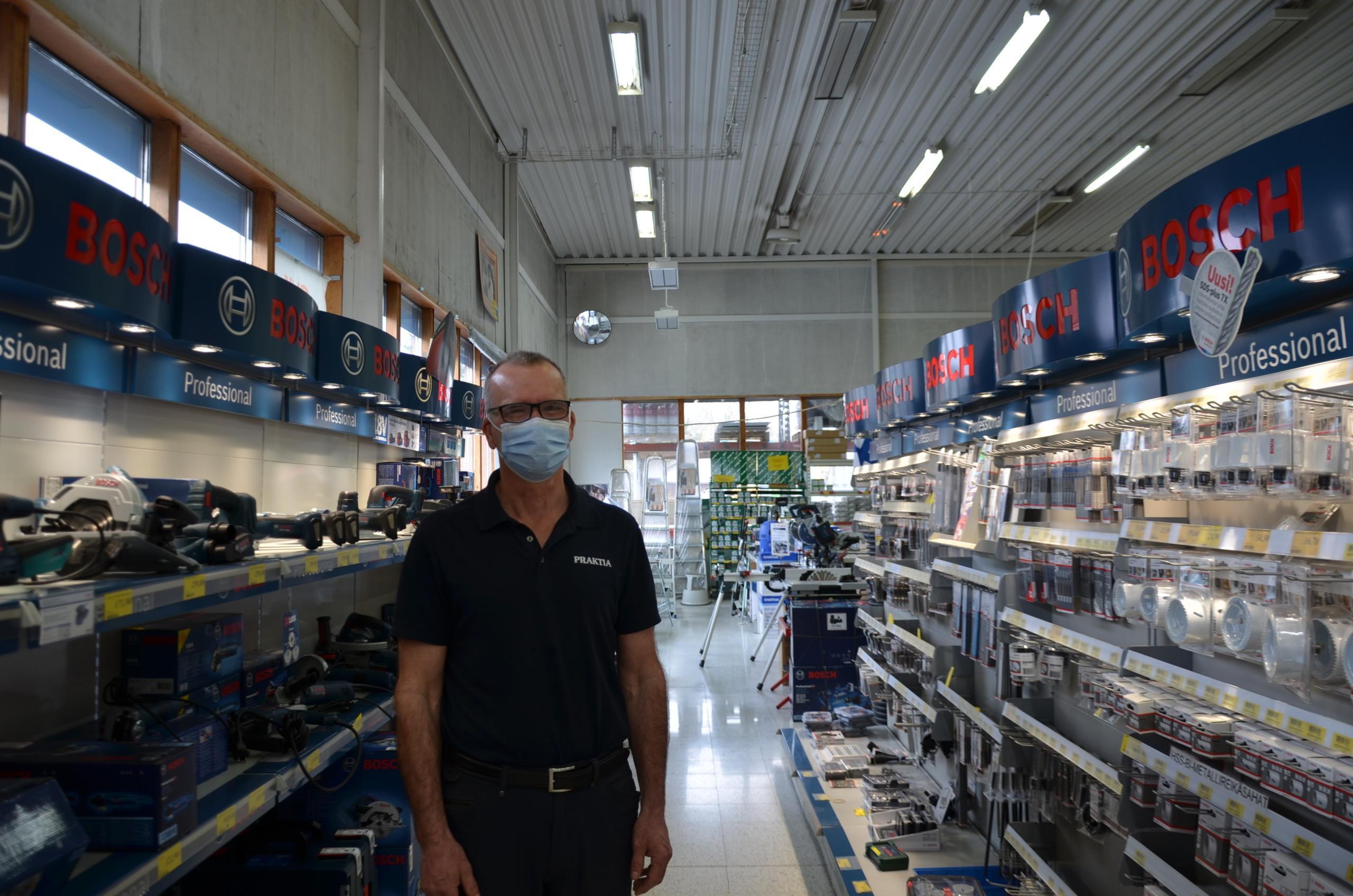 man med munskydd i järnhandel