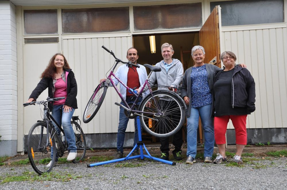 människor utanför cykelverkstad