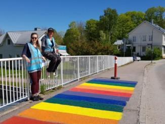 två kivnnor på en bro med en målad matta