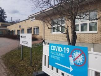 blå skylt med text om coronavaccination
