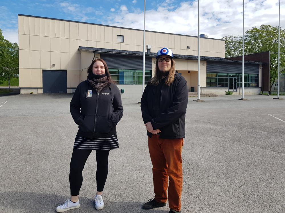kvinna och man framför ungdomsgårdshus