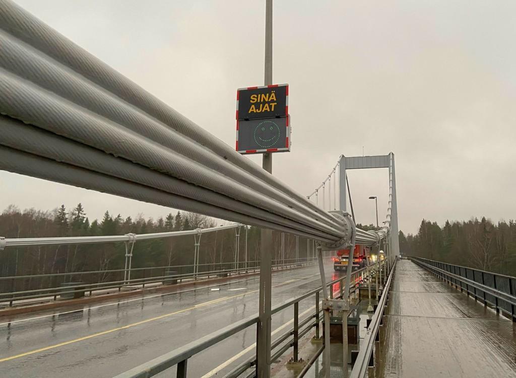 en bro och en hastighetsmätare