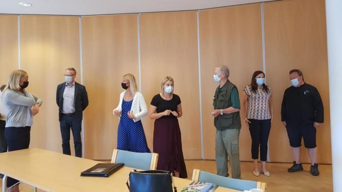 riksdagsledamöter talar med folk i Pargas stadshus