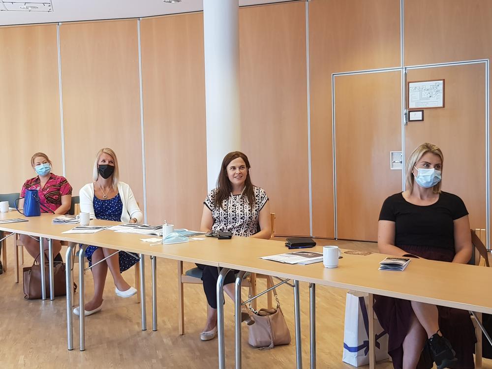 kvinnor vid ett bord