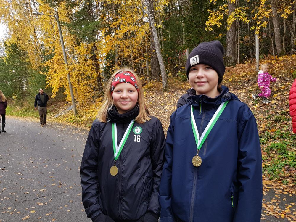 två flickor med medaljer